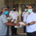 Wabup Sanggau Serahkan Bantuan Beras Sebanyak 350 Kg dan 35 Liter Minyak Goreng Kepada Para Jurnalis