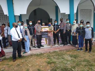 Bergandeng Tangan Polres Sanggau bersama Ormas PFKPM dan OMK Sanggau Lakukan Aksi Sosial Membagikan Sembako