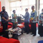 Ketua Dekranasda Kabupaten Sanggau dan Kepala Disprendakop Serahkan Bantuan APD ke RSUD M.Th.Djaman