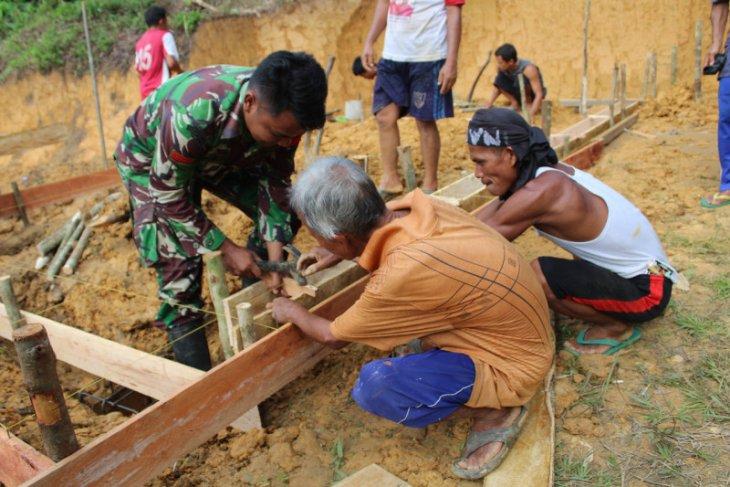 Prajurit Satgas TMMD dan warga bangun tempat wudhu