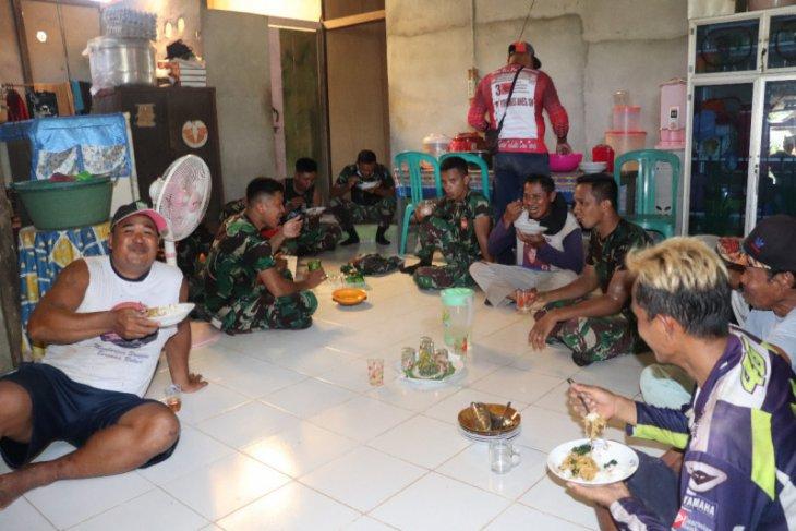 Anggota Satgas TMMD makan siang bersama masyarakat
