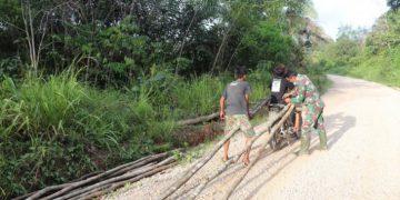 Peduli sesama, prajurit TMMD ini bantu warga ikat kayu