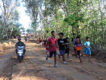 Prajurit TMMD ajak anak-anak jogging sore