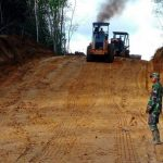Personel Satgas TMMD, sedang laksanakan pelebaran jalan Dusun Bukong