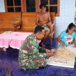 Prajurit Satgas TMMD belajar membuat tikar