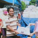 Legislator PSI Sanggau Dewi Merlina Bagikan 1 Ton Beras Kepada 200 KK Terdampak Corona