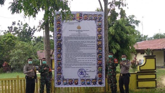 Polsek Sanggau Ledo Pasang Banner Ukuran Besar Himbau Warga Cegah Covid-19