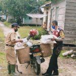 Bhabinkamtibmas Desa Cempedak di Sanggau Bantu Distribusikan Bantuan Sosial