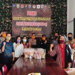 Peringati Hari Kartini, Ibu-Ibu CACARING Sanggau Bantu Tim Medis dan Gugus Tugas Covid-19