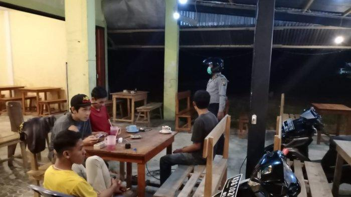 Gelar Patroli Malam, Polsek Sanggau Ledo Imbau Warga Nongkrong Bubar Cegah Penyebaran Covid-19