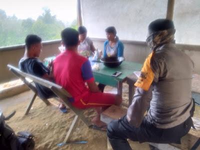 Briptu Roi Hermanto Sambangi Masyarakat Serta Sampaikan Himbauan Kamtibmas