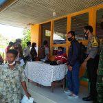Bhabinkamtibmas dan Babinsa Amankan pembagian BTS di Kecamatan Tayan Hilir