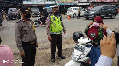 Kabag Ops Polres Sanggau Cek Pelaksanaan Pembagian Masker