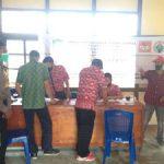 Bhabinkamtibmas Laksanakan Pengamanan Penyaluran Bantuan Sosial Tunai di Desa Pusat Damai