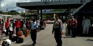 Deportasi 121 pekerja migran ke Dinsos Kalbar dikawal kepolisian secara estafet