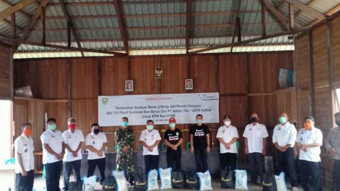 Sinergi dengan Pemkab Sanggau, Antam Salurkan Sembako ke KPM Non DTKS di Tayan Hilir