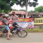 Polsek Sanggau Ledo Bagikan Takjil Jelang Berbuka Puasa
