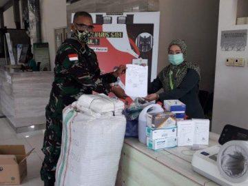 Kodam XII/Tpr Serahkan Bantuan Almatkes untuk Petugas di PLBN Entikong