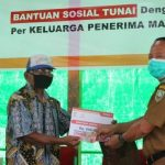 Tahap Satu, Wabup Ontot Salurkan BST kepada 10.302 KPM di Kabupaten Sanggau