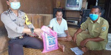 Bhabinkamtibmas Berikan Bantuan Beras Kepada Warga yang Terdampak Covid-19