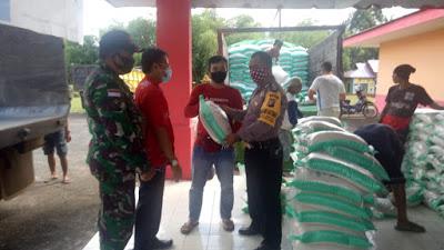 Polsek Batang Tarang Amankan Pendistribusian Bantuan Sosial Berupa Beras Non DTKS Tahap II Thn 2020.