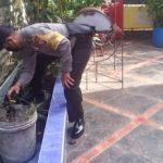 Peduli Rumah Ibadah, Bhabinkamtibmas Polsek Kapuas Bersihkan Masjid