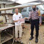 Menggunakan Brosur Bripka Muh Tholkah Himbau Stop Karhutla