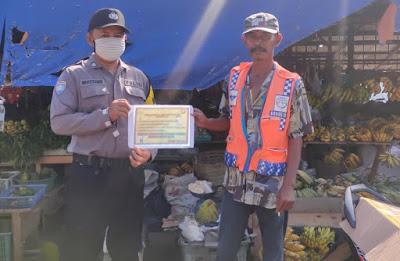 Brigpol Novi Berikan Himbauan Cegah Virus Corona di Desa Binaannya