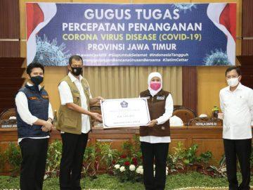 Tangani COVID-19 Jatim, Gugus Tugas Serahkan Bantuan Langsung Alkes Hingga Robot Disinfektan - Berita Terkini