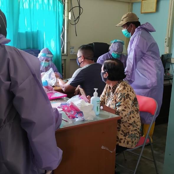 ASN Nakertrans Sanggau dan Supir Taksi Jalani Rapid Test Covid-19