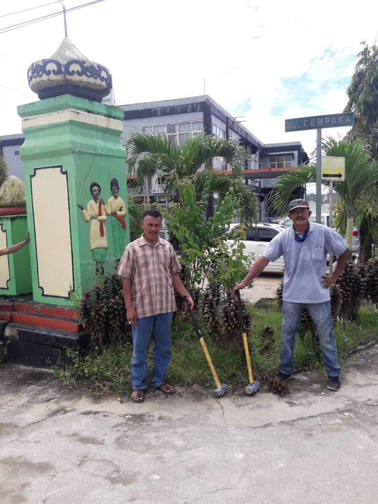 Rawan Kecelakaan dan Demi Kenyamanan Pengendara, Gafura Jalan Cempaka, Ilir Kota, Sanggau Dibongkar