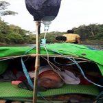 Gunakan Perahu, Satgas Pamtas Evakuasi Lansia Sakit Stroke Lewati Sungai di Sanggau