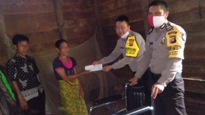 Bhabinkamtibmas Desa Sei Dangin dan Noyan Salurkan Bantuan Kursi Roda Kepada Warga Yang Lumpuh