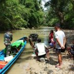 Satgas Pamtas Bersama Warga Evakuasi Seorang Kakek Sakit Stroke di Entikong Sanggau Melalui Sungai
