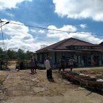 Warga Jalan Dizawika Sanggau Gotong Royong Perbaiki Ruas Jalan yang Rusak