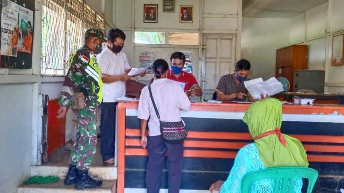Babinsa Koramil 1202-02/Sanggau Ledo dan Bhabinkamtibmas Dampingi Pembagian BST