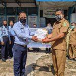 Imigrasi Kelas II TPI Sanggau Bagikan 50 Paket Sembako pada Warga Terdampak Covid-19