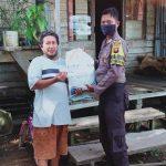 Tanpa Kenal Lelah, Bhabinkamtibmas Polsek Meliau Serahkan Bantuan Beras Secara Door to Door