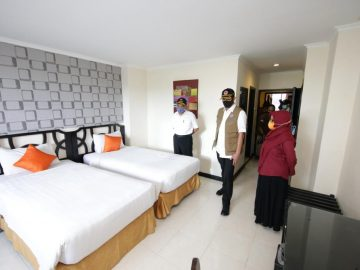 Kunjungan Kerja Ke Surabaya, Ketua Gugus Tugas Nasional Tinjau RS Darurat COVID-19 - Berita Terkini