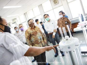 Menristek/Kepala BRIN Saksikan Pendatanganan Kesepakatan Pendirian Pabrik Katalis Merah Putih dan Tinjau Kesiapan Vaksin dan Alat Kesehatan Covid-19 dalam Kunjungan Kerja ke Bandung - Berita Terkini