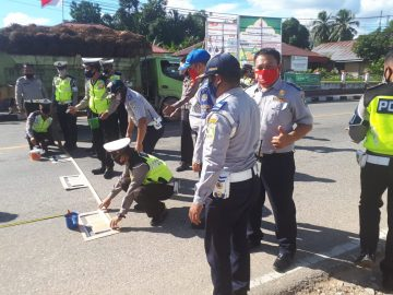 Dishub Bersama Sat Lantas Polres Sanggau Melakukan Pengecatan Marka Ruang Berhenti Khusus (RBK) di ruas Jalan Jendral Sudirman.