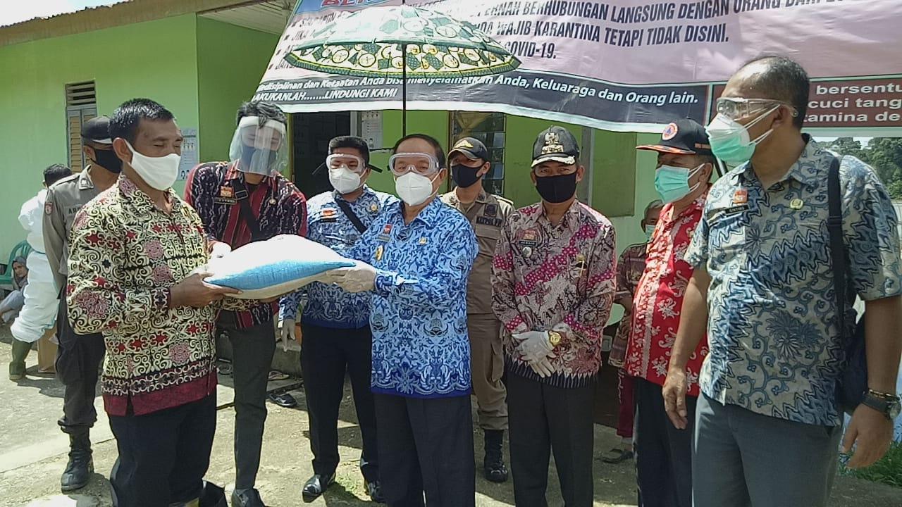 Wakil Bupati Sanggau Beri Semangat Kepada 23 Warga Sungai Bemban Yang di Isolasi