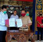 Direktur PTPN XIII Serahkan langsung Bantuan Untuk Warga Terdampak Covid-19,Di Kabupaten Sanggau