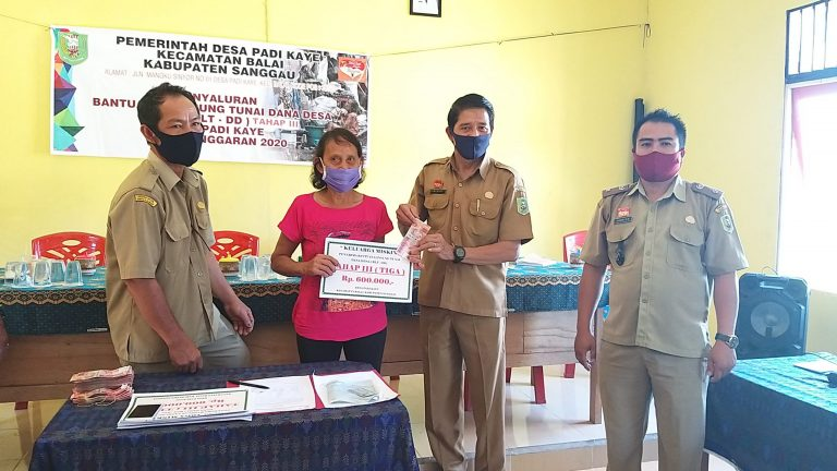 Penyaluran BLT DD Tahap III Desa Padi Kaye Kecamatan Balai dengan Mematuhi Protokol Kesehatan
