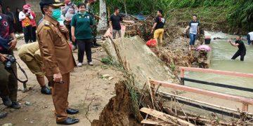 Wabup Sanggau Tinjau Lokasi Terjadinya Banjir Bandang di Desa Nekan