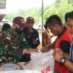 Satgas Pamtas TNI Berikan Bantuan Pada Warga Terdampak Banjir Bandang di Desa Nekan Sanggau