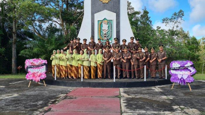 Kejari Sanggau Ziarah Taman Makam Pahlawan dalam Rangka HBA ke-60