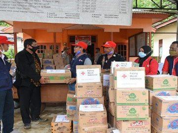 PMI Sanggau Salurkan Bantuan Ke Warga yang Terdampak Banjir Bandang di Desa Nekan