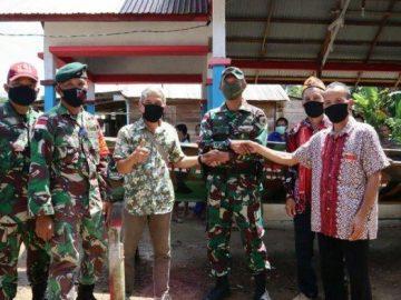 Satgas Yonif R-641 Serahkan Bantuan Perahu untuk Masyarakat Pedalaman Entikong