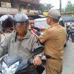 Cegah Penyebaran Covid-19, DPMPTSP Sanggau Bagikan 300 Pcs Masker